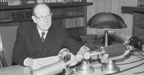 Československý komunistický prezident Antonín Zápotocký v roce 1953 ještě v předvečer měnové reformy veřejně popíral, že k ní dojde