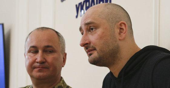"""""""Mohl bych vyjádřit soustrast rodině Arkadije Babčenka, ale neudělám to,"""" řekl šéf SBU před shromážděnými novináři. Místo toho pozval ruského novináře Babčenka do sálu."""