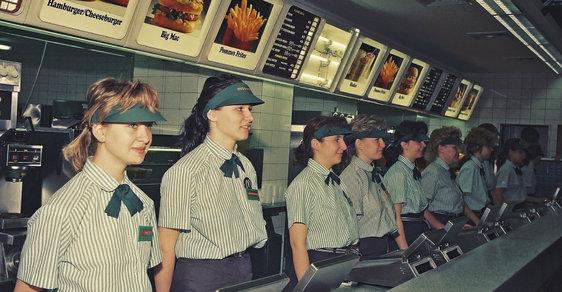 Nejslavnější hamburger světa slaví 50 let. Podívejte se, jak se u nás prodával první Big Mac