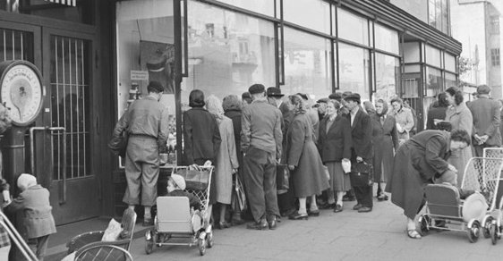 Měnová reforma 1953: Jak komunisté zlikvidovali vyšší střední třídu, živnostníky i podnikatele