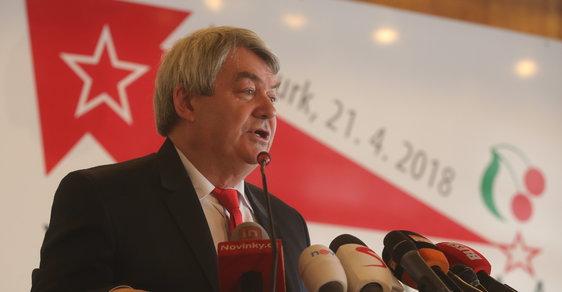 Šéf komunistů Vojtěch Filip se 29 let po revoluci dočkal. Dovedl svou stranu opět k moci