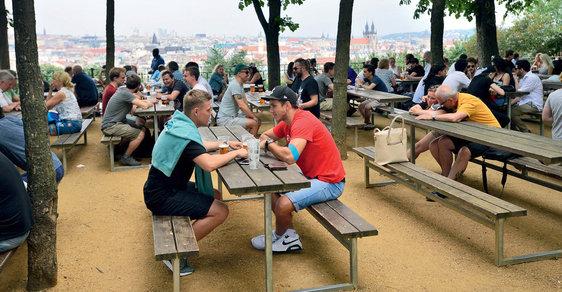 Soumrak pražských zahrádek: Tradiční venkovní pivnice v Praze začínají připomínat Disneyland