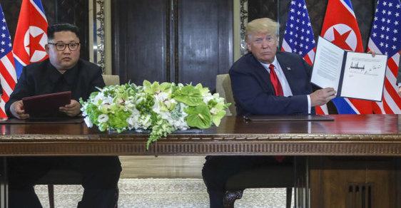Donald Trump a Kim Čong-un podepisují dohodu na summitu v Singapuru