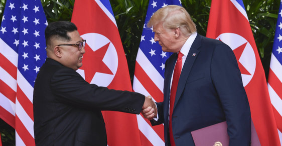 Donald Trump a Kim Čong-un se sešli v Singapuru na historickém summitu
