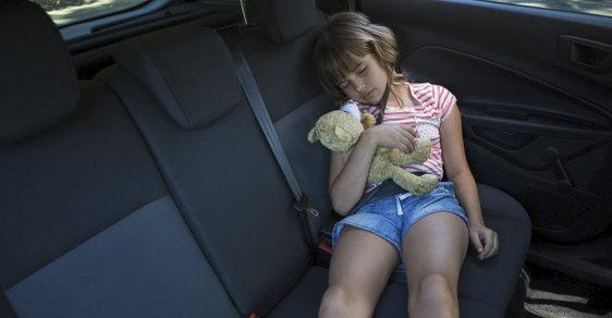 Spící dívka v autě - ilustrační foto