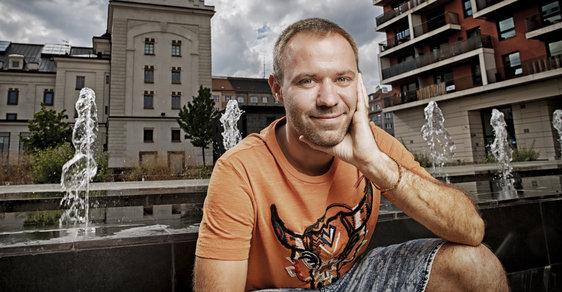 Oliver Dlouhý (*1988) je zakladatel a ředitel vyhledávače kombinujícího různé letecké spoje Kiwi.com (původní název byl Skypicker). Studoval čtyři vysoké školy, žádnou nedokončil. Americký časopis Forbes ho letos zařadil do prestižního výběru 30 pod 30 v Evropě.