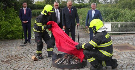 Miloš Zeman svolal mimořádný brífink. Spálil na něm červené trenky, které v roce 2015 skupina Ztohoven vyvěsila v roce 2015 nad Pražským hradem místo prezidentské standarty