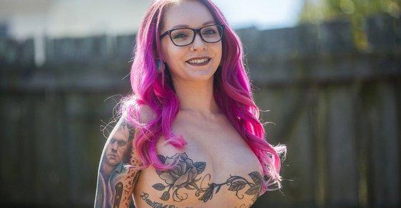 Allyson Lynch: Modelka překonala rakovinu prsu, nechala si potetovat jizvy a vrací se na molo