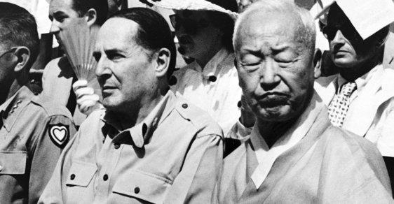I Sung-man, první jihokorejský prezident, spolu s americkým generálem Douglesem MacArthurem