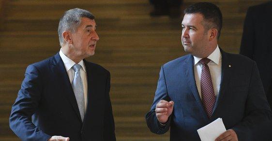 Premiér Andrej Babiš (ANO, vlevo) a vicepremiér Jan Hamáček (ČSSD) společně na ministerstvu zahraničí