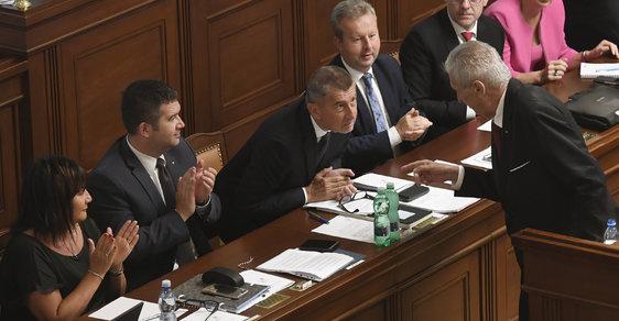 Prezident Miloš Zeman (vpravo) hovoří s premiérem Andrejem Babišem 11. července v Praze na schůzi Poslanecké sněmovny svolané k vyslovení důvěry Babišově menšinové vládě hnutí ANO a ČSSD.
