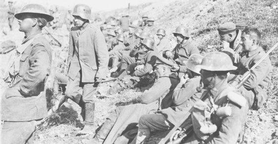 Němečtí zajatci po první vlně všeobecné ofenzívy Spojenců na západní frontě