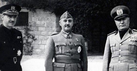 Generál Francisco Franco (uprostřed) a italský vůdce Benito Mussolini v Itálii v roce 1941.