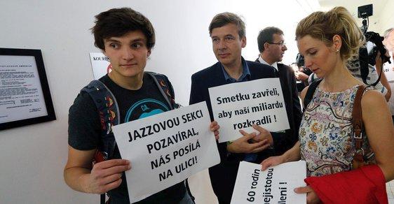 Lidé bydlicí v Horoměřicích protestují u soudu