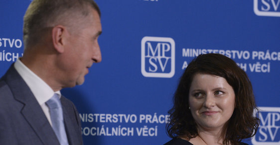 Premiér Andrej Babiš (ANO) a ministryně práce a sociálních věcí Jana Maláčová (ČSSD)