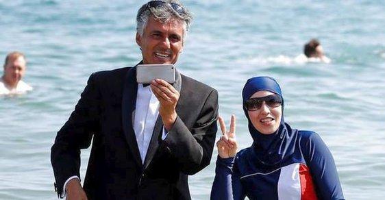 Alžírský podnikatel Rachid Nekkaz pózuje se ženou v burkinách ve francouzském Cannes.