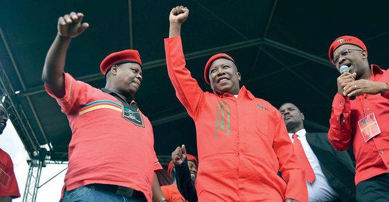 """Vroce 2016 řekl jihoafrický politik Julius Malema (nasnímku uprostřed): """"Nevolám pozabíjení bílých lidí. Alespoň prozatím ne."""""""