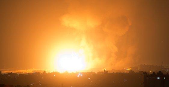 Rakety dopadaly na území Izraele po celou noc. Jak uvedl brzy ráno na twitteru izraelský velvyslanec v ČR Daniel Meron, klid nastal maximálně na 20 minut v kuse