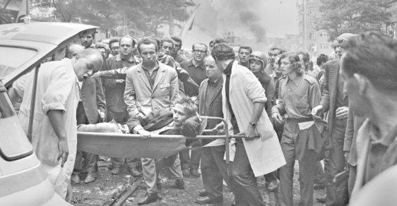 Praha - nakládání raněných před rozhlasem