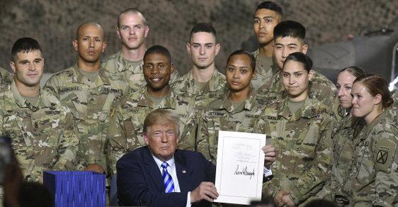Americký prezident Donald Trump podepsal armádě rekordní rozpočet
