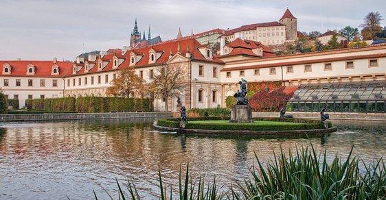 Valdštejnská zahrada u Valdštejnského paláce, ve kterém sídlí český Senát