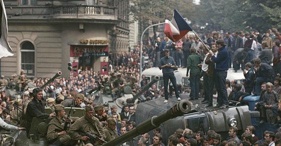 Chris Rooney na Vinohradské třídě v Praze (na voze vlevo) fotografuje vojska »spřátelených armád«.