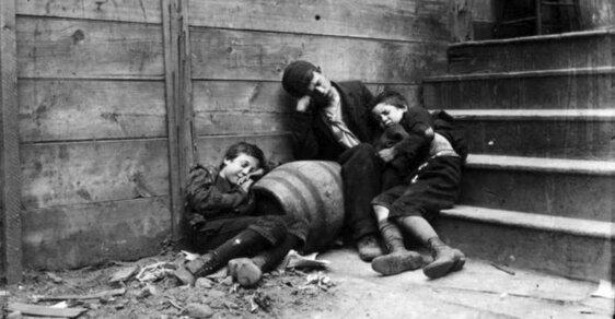 Špína, hlad a beznaděj: Imigranti v New Yorku živořili v těch nejhorších podmínkách, pomohly až tyhle snímky