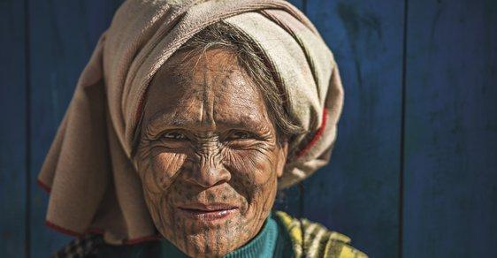 Osobité etnikum na severu Barmy aneb Vítejte na večírku tetovaných žen