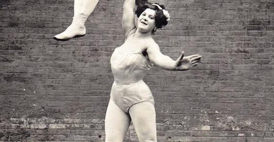 Na pomezí cirkusu a opovržení: Bizarní svět prvních kulturistek