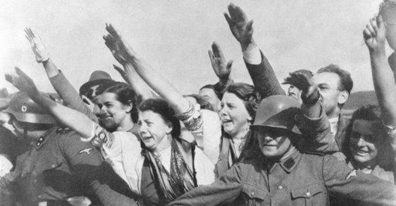 Sudetští Němci vítají německé vojáky