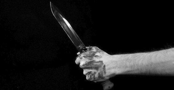 Nůž pronikl nejméně deset centimetrů do dutiny břišní, kde zasáhl kličku slepého střeva - ilustrační foto