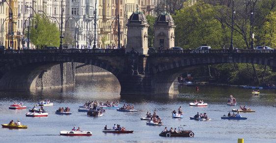 Imigranti obsazují Prahu po Vltavě na lodičkách