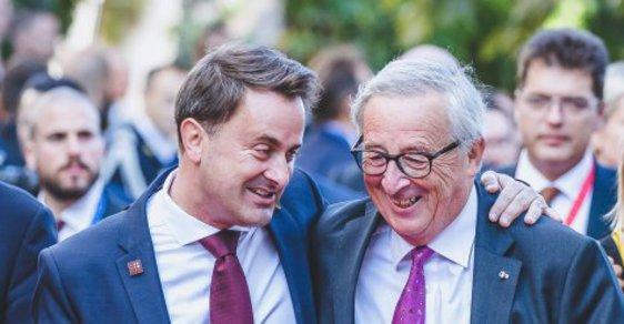 Lucemburský premiér Xavier Bettel a šéf Evropské komise Jean-Claude Juncker, jehož strana je v lucemburské politice v opozici k Bettelovi