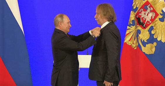 Nohavica obdržel od Vladimira Putina Puškinovu cenu.