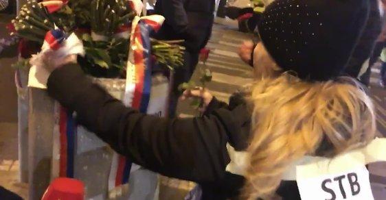 Bál se demonstrantů? Andrej Babiš položil květiny na Národní třídě o půlnoci. Potom je někdo hodil do koše