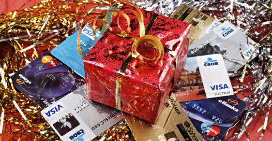Češi se stále zadlužují kvůli vánočním dárkům a půjčují si i rizikově. Kdy, jak a které dárky nakupují ?