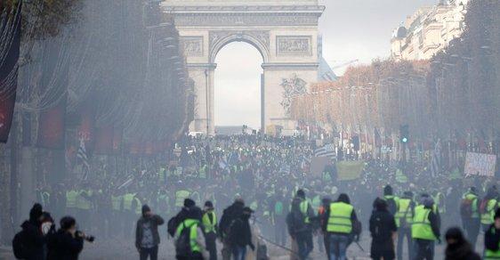 Zranění, zatčení a hořící barikády. Drsné protesty zahalily centrum Paříže do dýmu