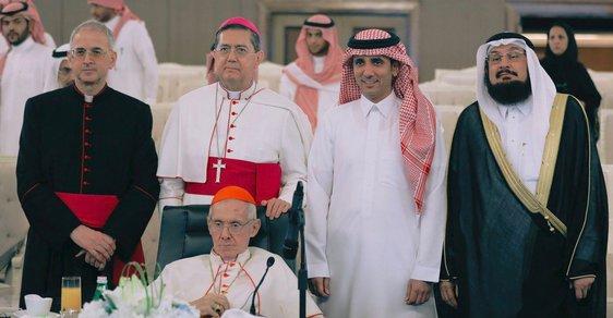 Počátkem roku 2018 navštívil Saúdskou Arábii vyslanec Vatikánu kardinál Jean-Louis Tauran (na snímku sedí) a začal vyjednávat s představiteli země o stavbě prvního kostela na území Saúdské Arábie od dobytí Arabského poloostrova muslimy v 7. století