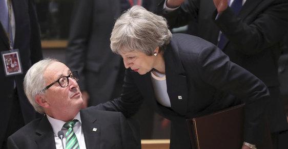 Britská premiérka Theresa Mayová a předseda Evropské komise Jean-Claude Juncker na summitu EU v Bruselu