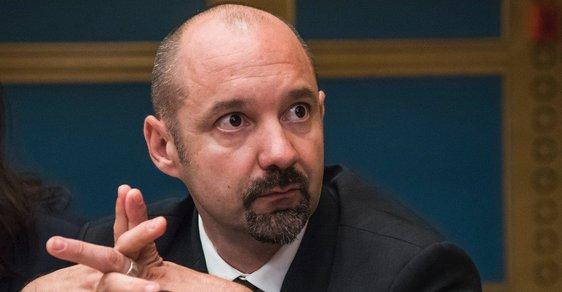 Vincent Crase. Podle francouzského investigativního serveru Mediapart obdržel tento bývalý zaměstnanec Macronovy strany, 300 000 eur od ruského oligarchy.