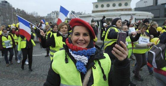 Na žluté vesty se chystají rudé šály. Bitva šatníků už brzy ve francouzských ulicích