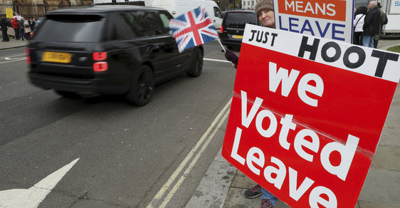Britští poslanci odmítli dohodu o vystoupení z EU. Do brexitu zbývá 73 dní, podle Junckera může být tvrdý