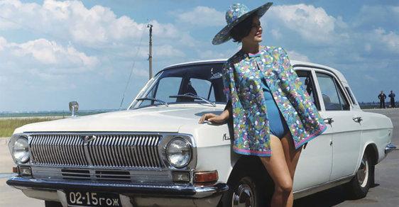 """Sexy jako na Západě: Sovětská auta také """"potřebovala"""" reklamu. Často dost bizarní"""