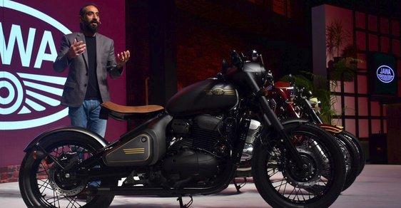 modely nahých motocyklů černá kočička v péro