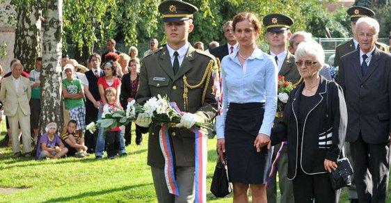 Zdena Mašínová ml. na pohřbu svého bratra Ctirada.