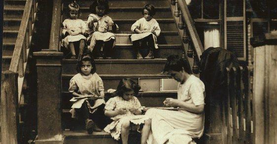Dětská práce, špína, nemoci: Bída evropských imigrantů v USA na unikátních snímcích