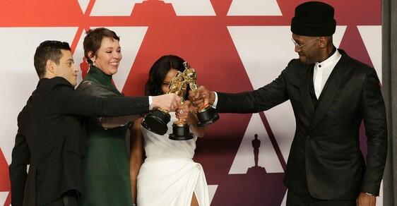 """Výsledky předávání cen Oscar 2019: Nejlepším filmem je Zelená kniha. Cenu má i Lady Gaga a """"Freddie Mercury"""""""