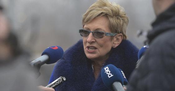 Ministryně Marta Nováková předvádí novinářům, jak štěká pes.