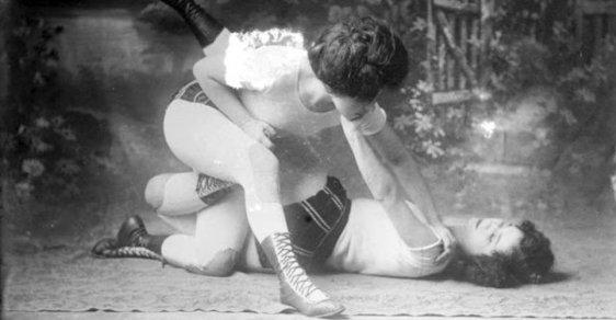Jak se zrodil ženský box: Bez rukavic, bez podprsenek, s podpásovými údery i proti mužům