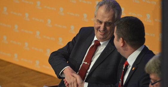 Prezident Miloš Zeman se na sjezdu ČSSD zdraví s předsedou strany Janem Hamáčkem.
